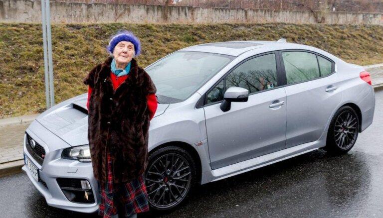 Video: Polijā 81 gadīga pensionāre nopirkusi jaunu 'Subaru' ar 300 ZS