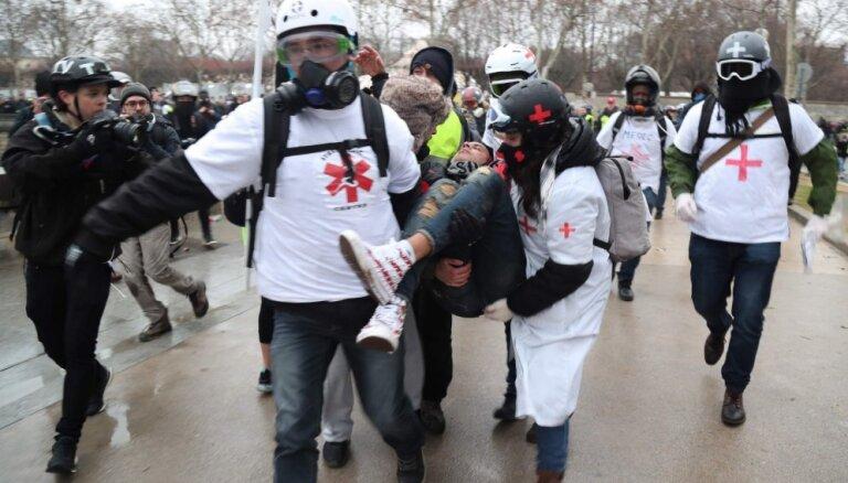 Foto: Francijā turpinās 'dzelteno vestu' protesti