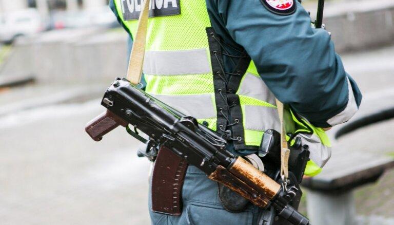 Латвия отказалась вооружать полицейских автоматами