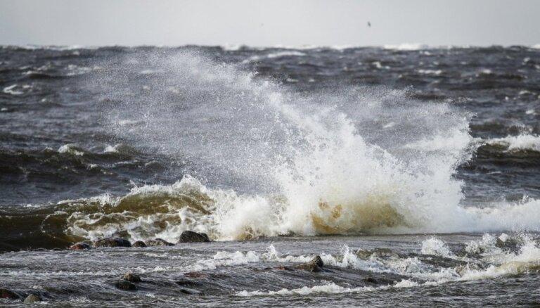 В понедельник на побережье будет сильный ветер, Латгале засыплет мокрым снегом