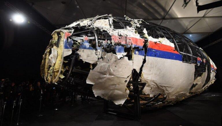 MH17 katastrofā bojāgājuša pusaudža ģimene vēršas pret Krievijas bankām