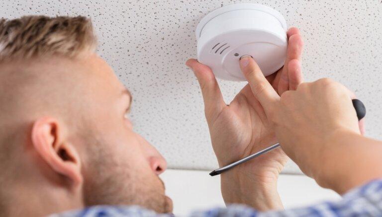 Латвийцев, в доме у которых не стоят детекторы дыма, могут начать штрафовать