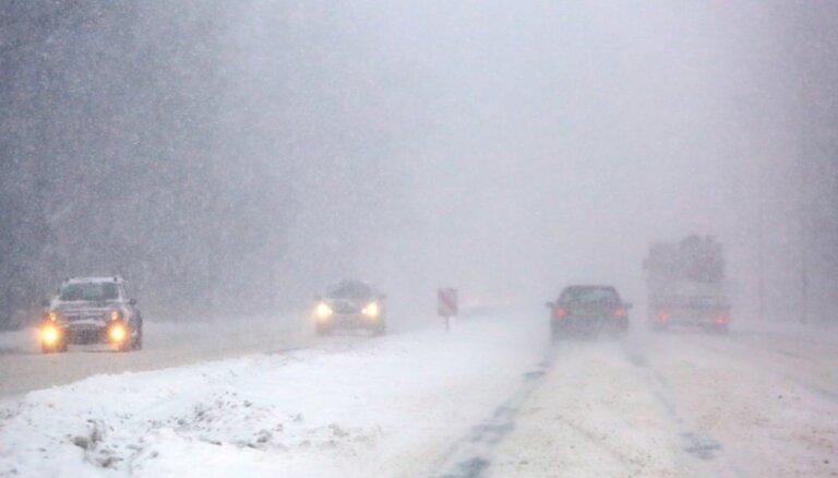 Lielākajā daļā Latvijas braukšanas apstākļi ir apgrūtināti