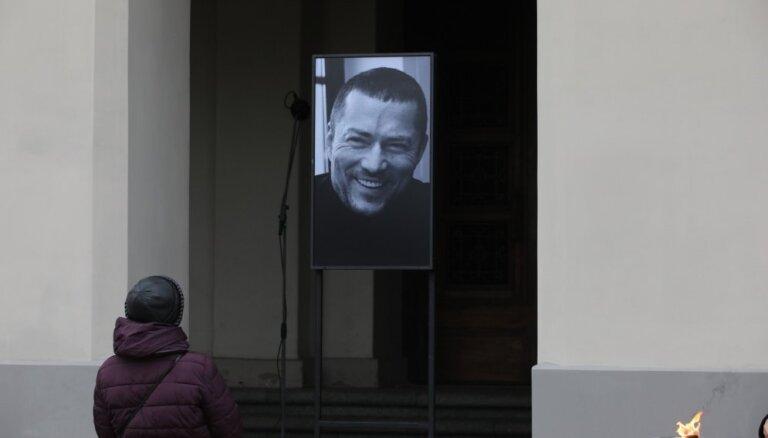 ФОТО: Близкие, друзья и коллеги проводили Андрея Жагарса в последний путь
