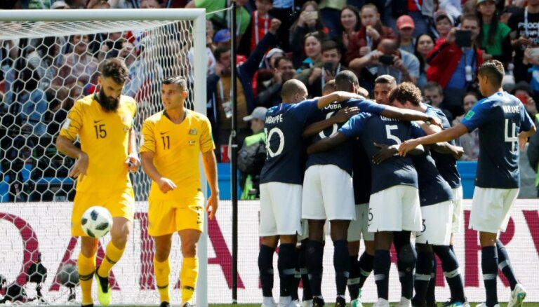 Франция победила с помощью первого видеопросмотра в истории ЧМ; Дания одолела Перу