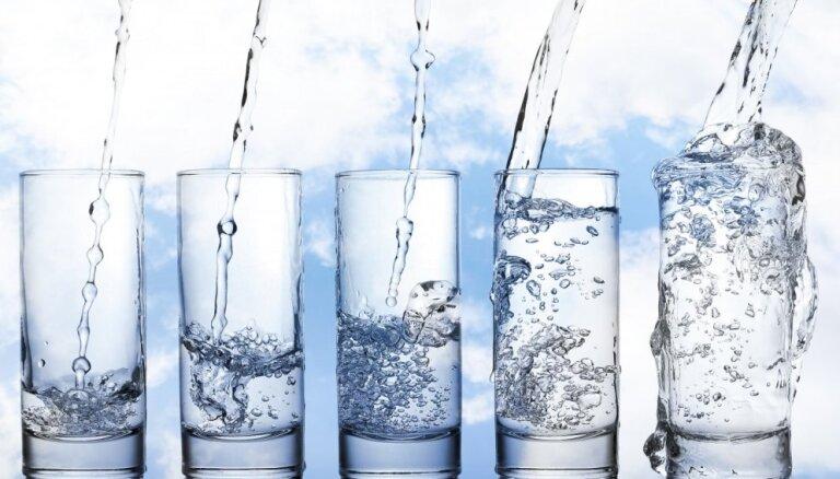 300 vai 1 eiro: Kāds ūdens tek no Latvijas krāniem, cik par to maksājam