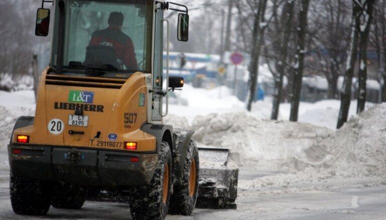 Sniega tīrīšanu Rīgā turpina 24 tehnikas vienības; satiksme – lēnāka nekā ierasts