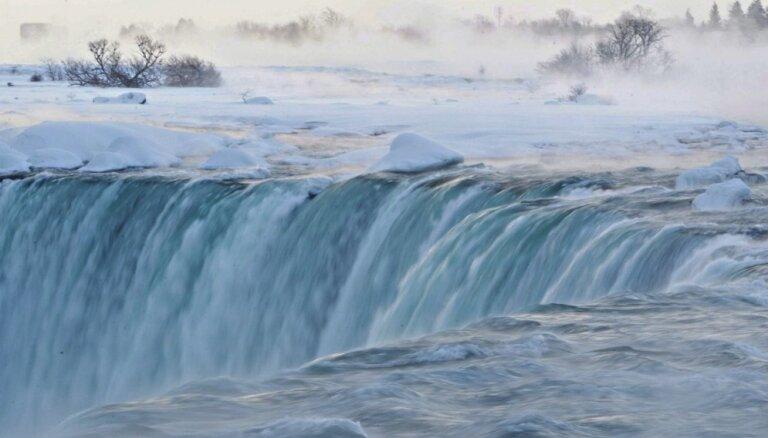 ФОТО, ВИДЕО: Замерзший Ниагарский водопад привлекает сотни людей