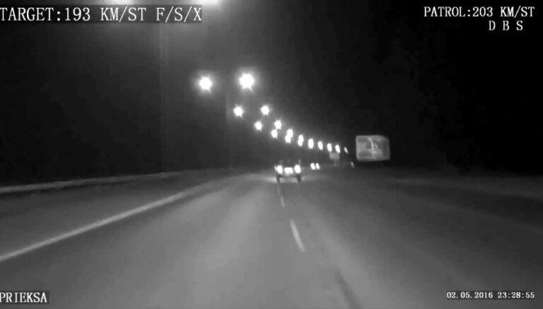 Ar netrafarēto policijas auto pieķer ātruma pārkāpēju - sievieti reibumā
