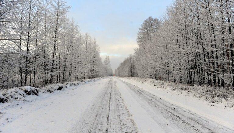 Sniegs un apledojums daudzviet Latvijā apgrūtina braukšanu