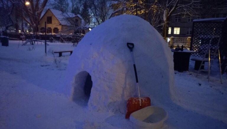 Foto: Tētis par prieku dēliem uzbūvē iespaidīgu eskimoviesnīciņu; pirmie viesi jau pieteikušies