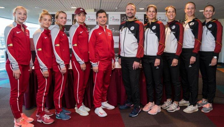 Foto: Latvijas un Vācijas tenisistes tiekas oficiālajā izlozē pirms svarīgajām spēlēm