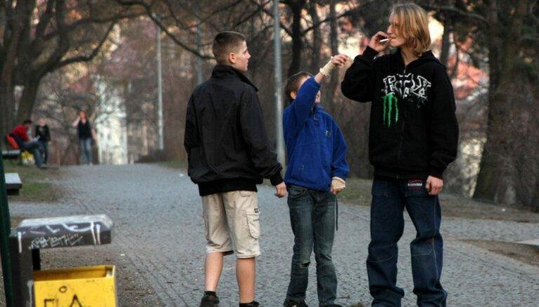 Pētījums: jaunieši sāk smēķēt ziņkāres un vēlmes pašapliecināties nolūkā