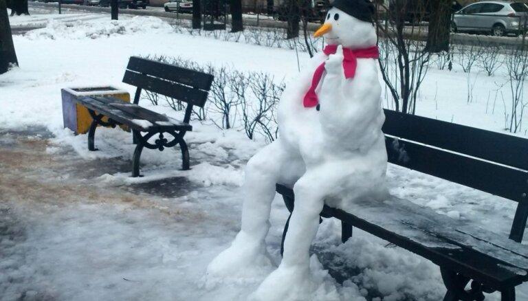 Slēpo vai uzvēli sniegavīru – Parādi 'Delfi Aculieciniekam', kā izbaudi ziemu!