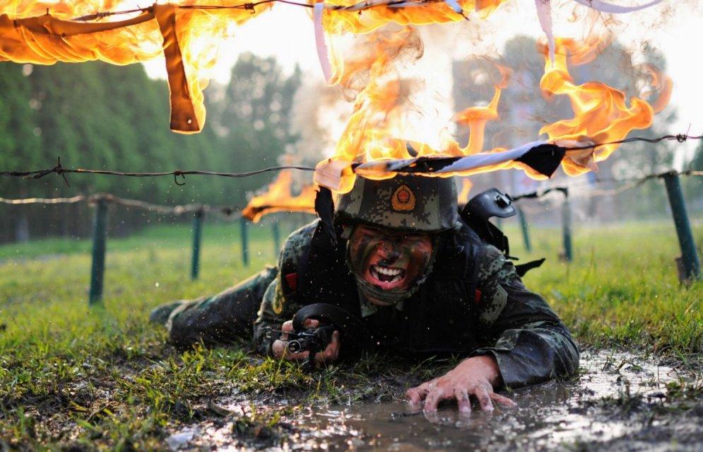 Китайский солдат: в огне не горит, в воде не тонет... да и вообще — парень хоть куда!