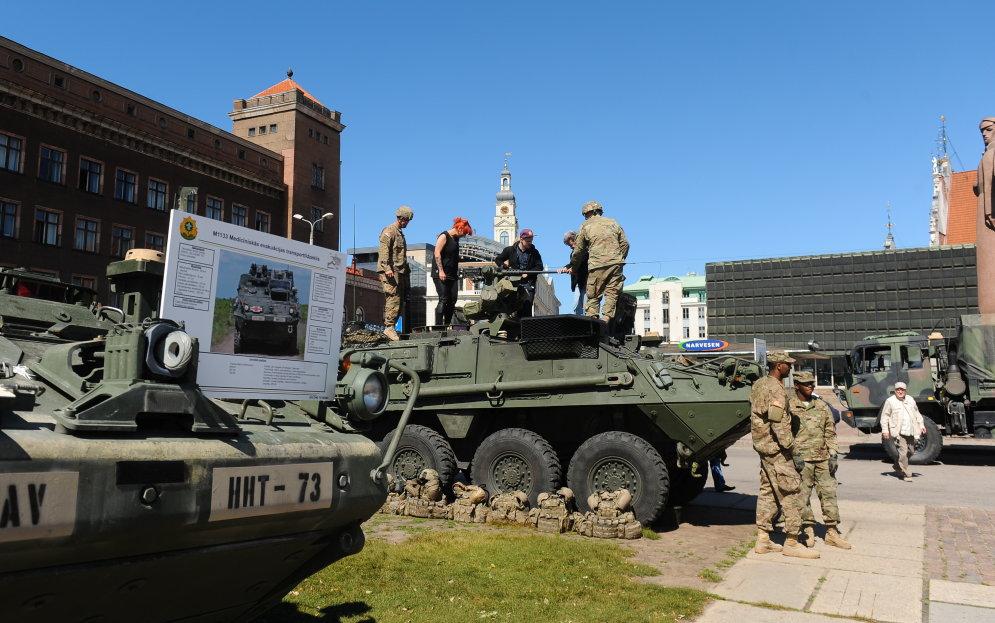 Тяжелая артиллерия и прочая техника армии США уютно расположились в центре Риги