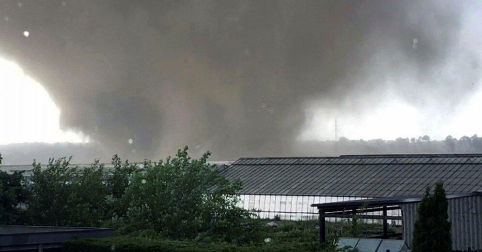 Сильный ветер в Латвии: спасатели получили десятки вызовов
