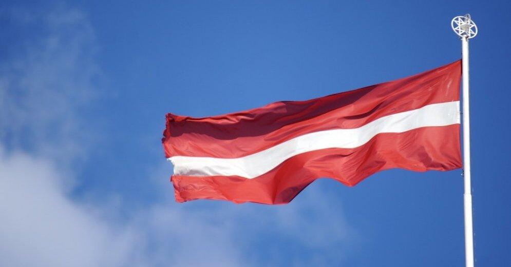 Ригу украсил гигантский флаг Латвии на 60-метровой мачте