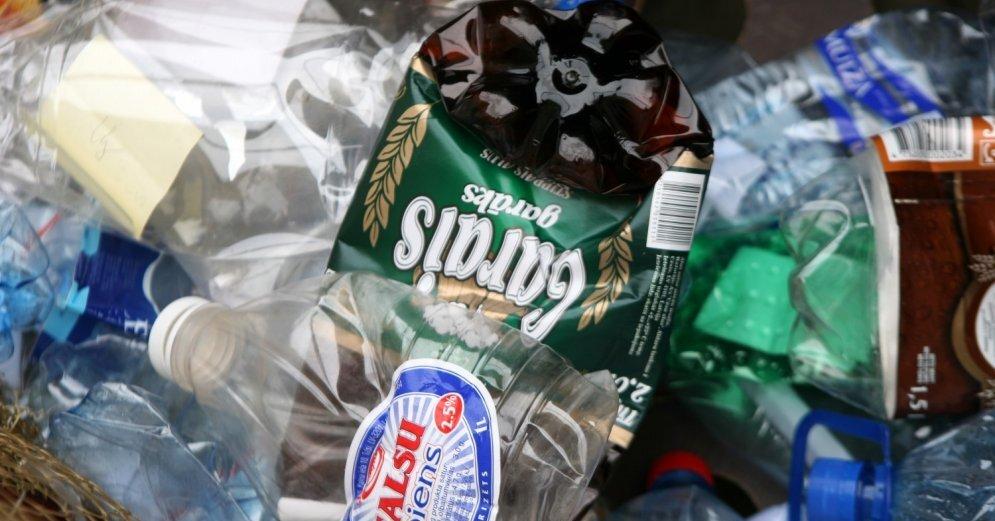 В Латвии можно будет сдавать пластиковую тару: за каждую бутылку заплатят 10 центов