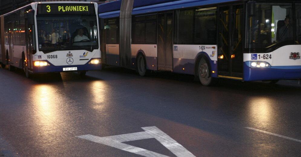 Жуткое зрелище: автобус Rigas satiksme сгорел прямо на дороге (видео)
