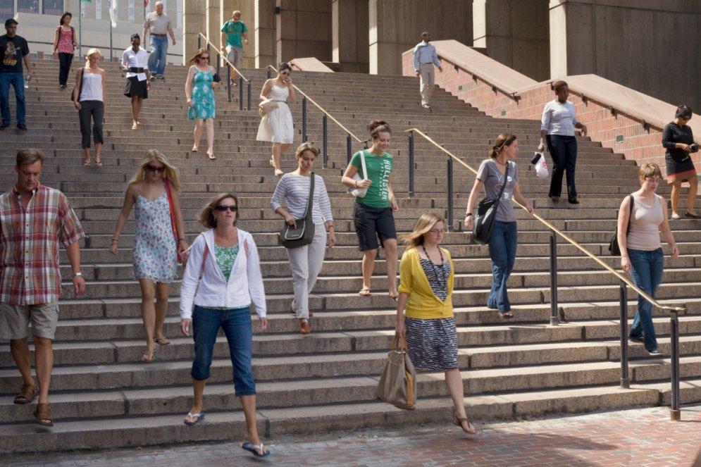 """Иллюзия (не)нормальности. Сможешь ли увидеть, что """"не так"""" на этих фото толп людей?"""