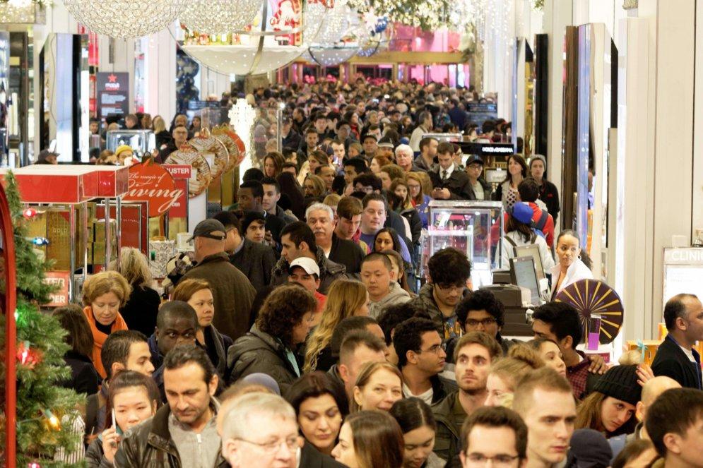 Праздник жадности. Миллионы американцев штурмуют магазины в