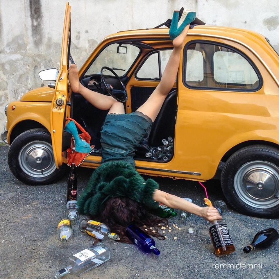 Пьяная дама снимается в кафе 17 фотография