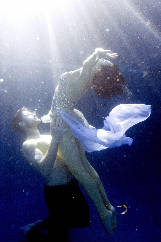 Dīvains skats – Brūsa Vilisa meita Rumera dejo zem ūdens