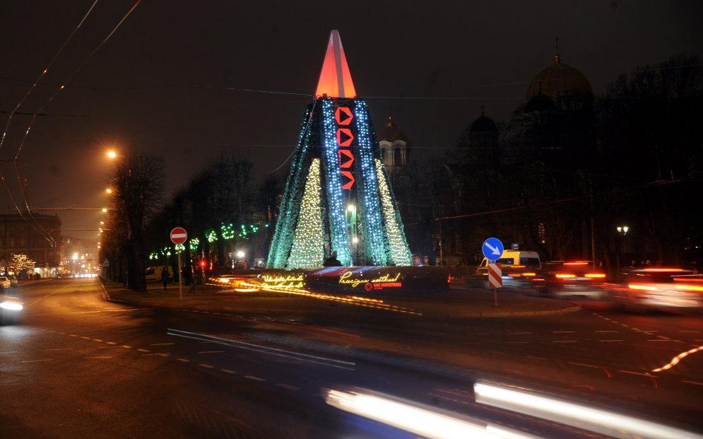 """74 ёлочки образовали рижский """"Путь Рождественских ёлочек"""" (и вот как он выглядит)"""