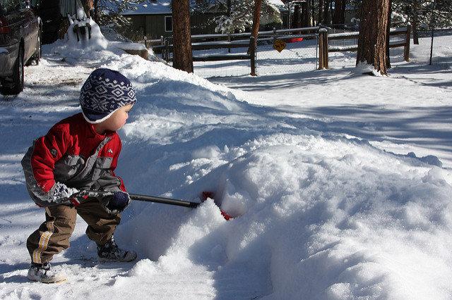 Ārpus mājas aktivitātes kopā ar maziem bērniem ziemā