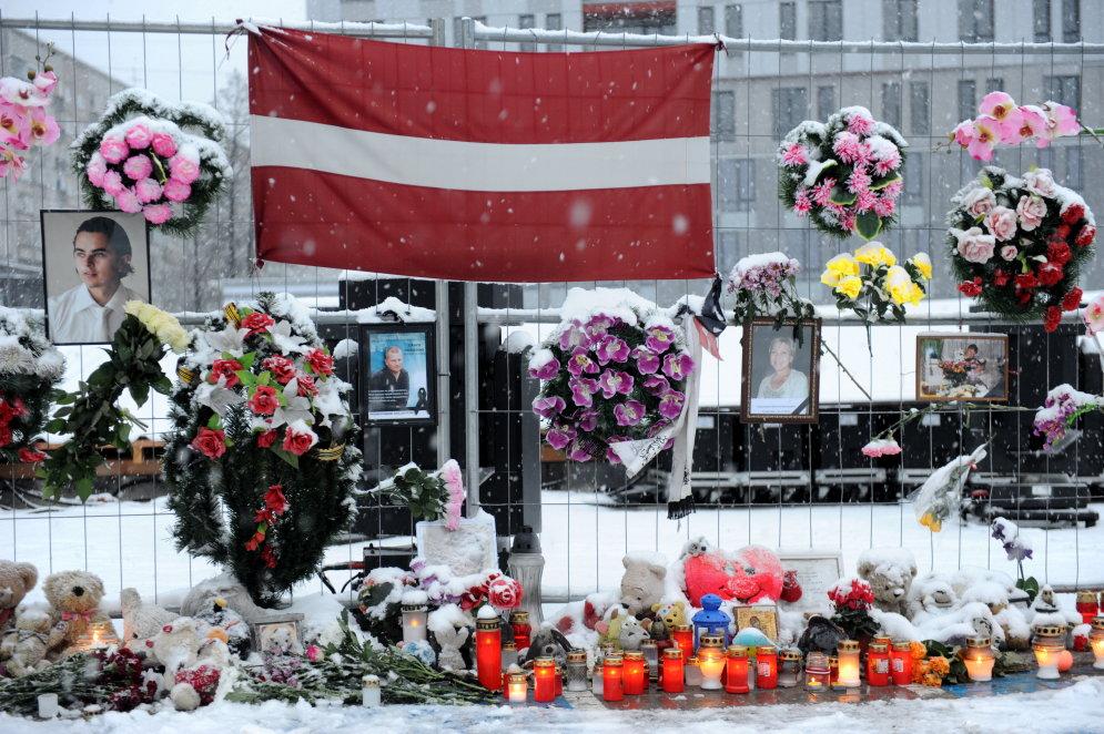 На место трагедии в Золитуде люди несут игрушки, свечи, цветы, иконы, портреты