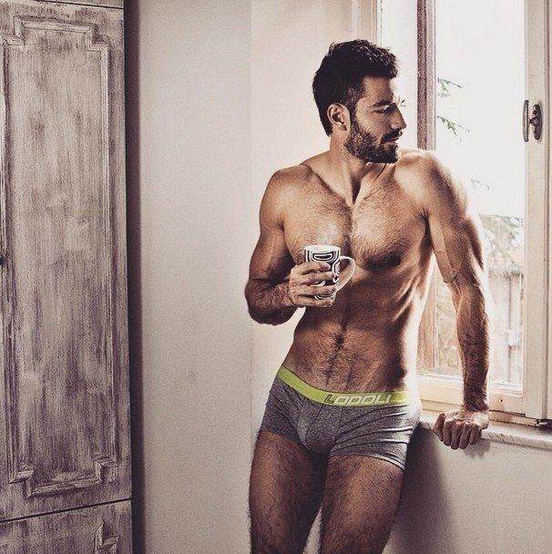 Jauna sociālo mediju sērga - seksīgi vīrieši ar kafijas krūzi