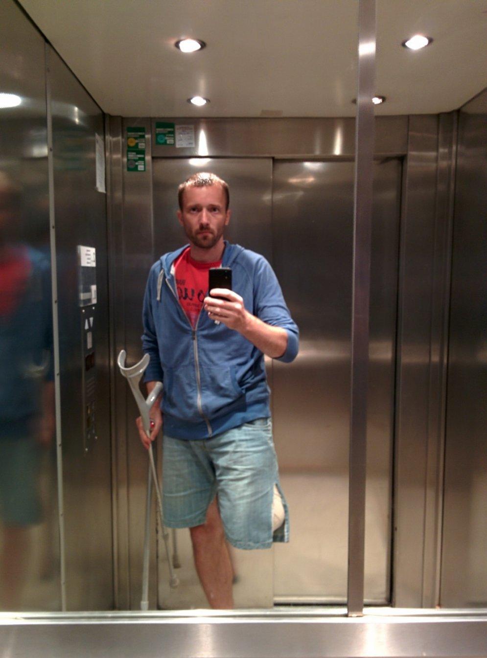 Palīdzību lūdz cilvēks, kurš Rīgā zem trolejbusa zaudēja kāju