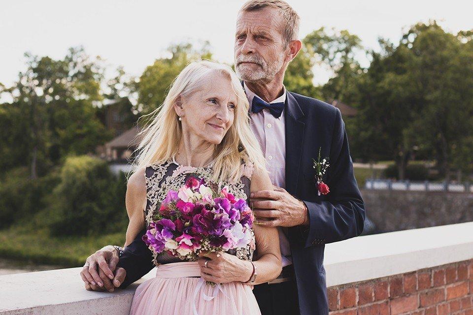 Skaisti kadri: Latviju apbur iedvesmojoša pāra kāzu foto