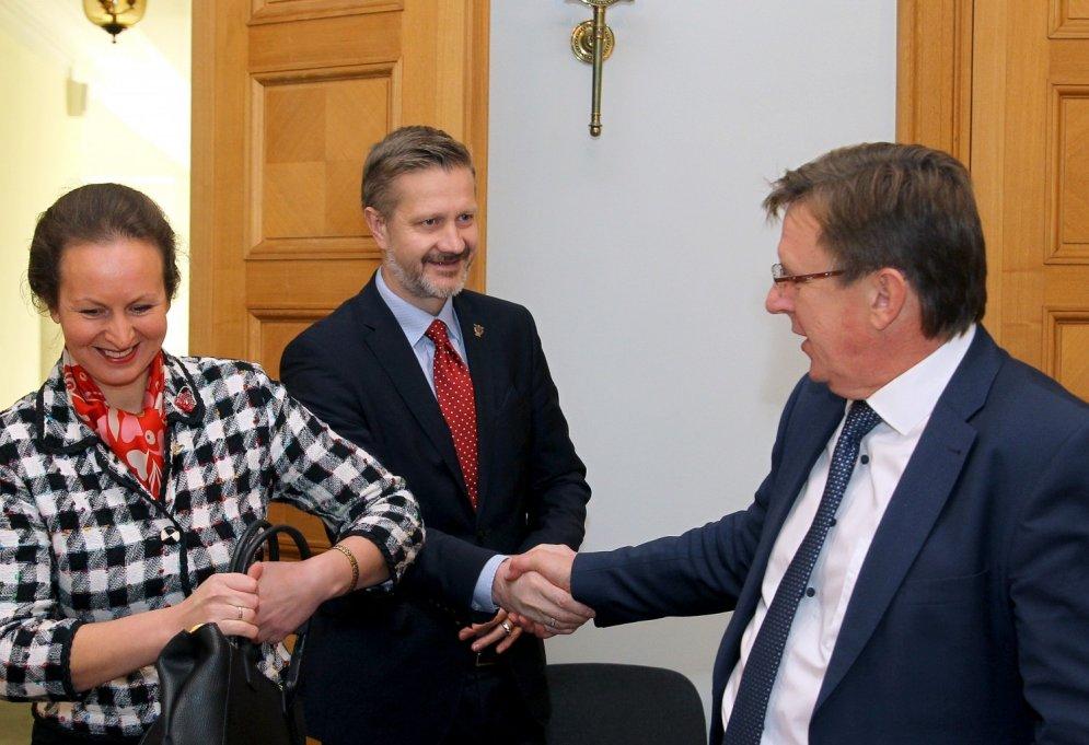 Māris Kučinskis meistarīgi paspiež rokas dažādiem politiķiem