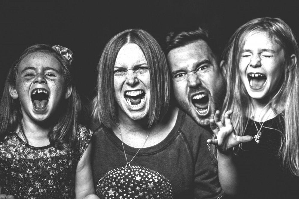 Biedējoši foto: Kāda patiesībā ir 'parastas' ģimenes dzīve?