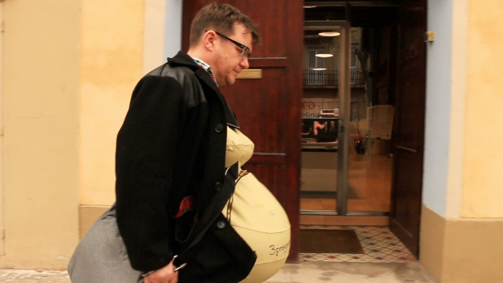 Nedaudz stāvoklī: trīs vīrieši izbauda grūtniecības 'priekus'