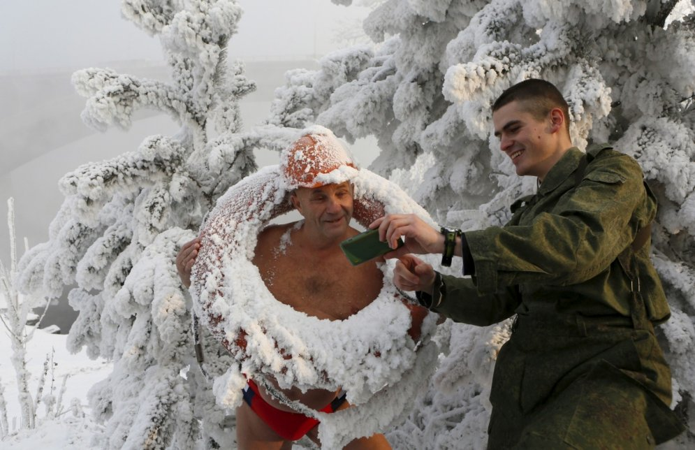 Krievi no sirds izbauda Krasnojarskas ziemas priekus