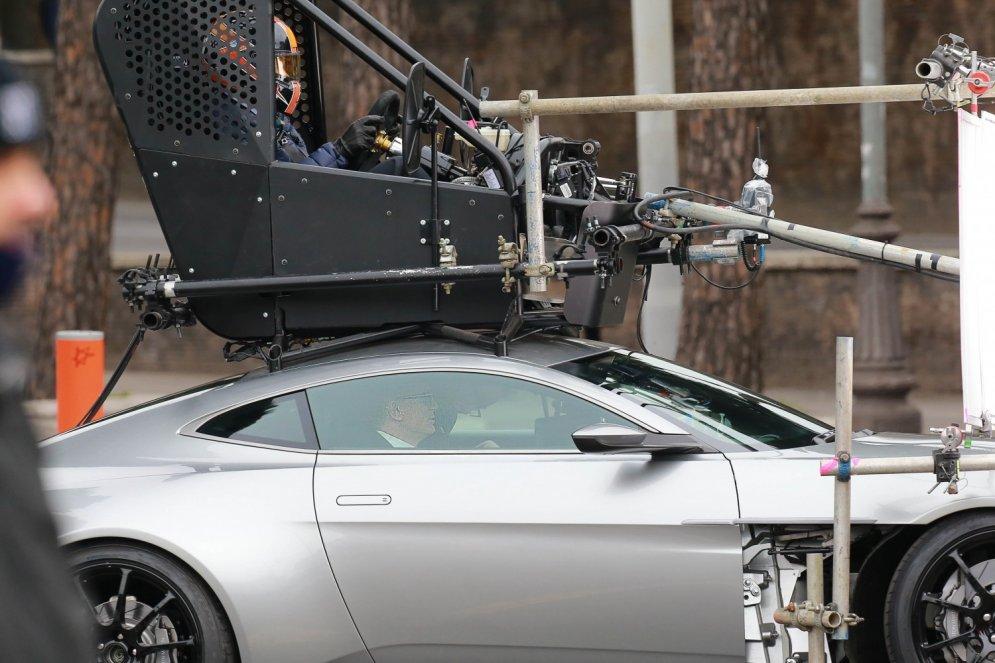 Atklāts triks, kā Džeimss Bonds filmā vada savu superauto