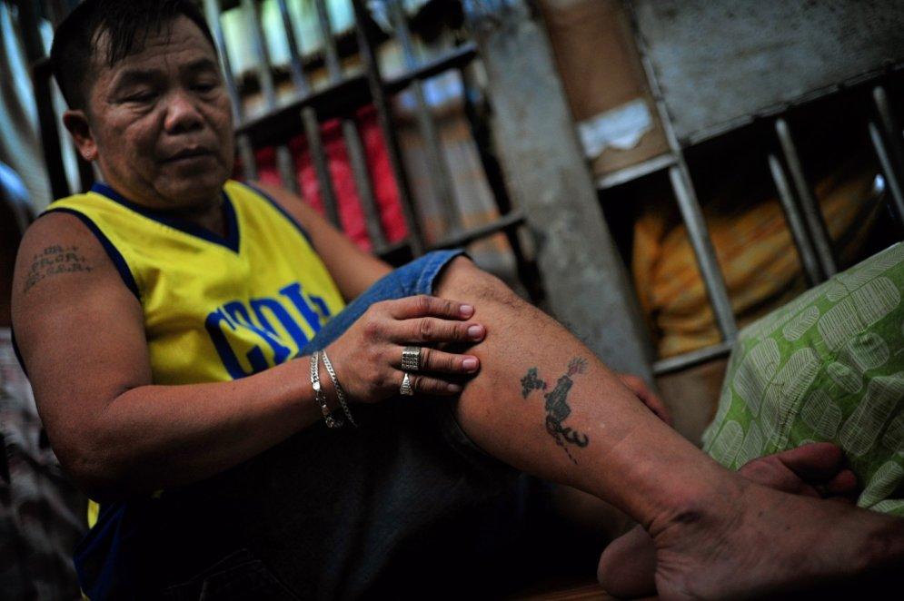 Filipīniešu cietumnieki rāda un skaidro tetovējumu nozīmi